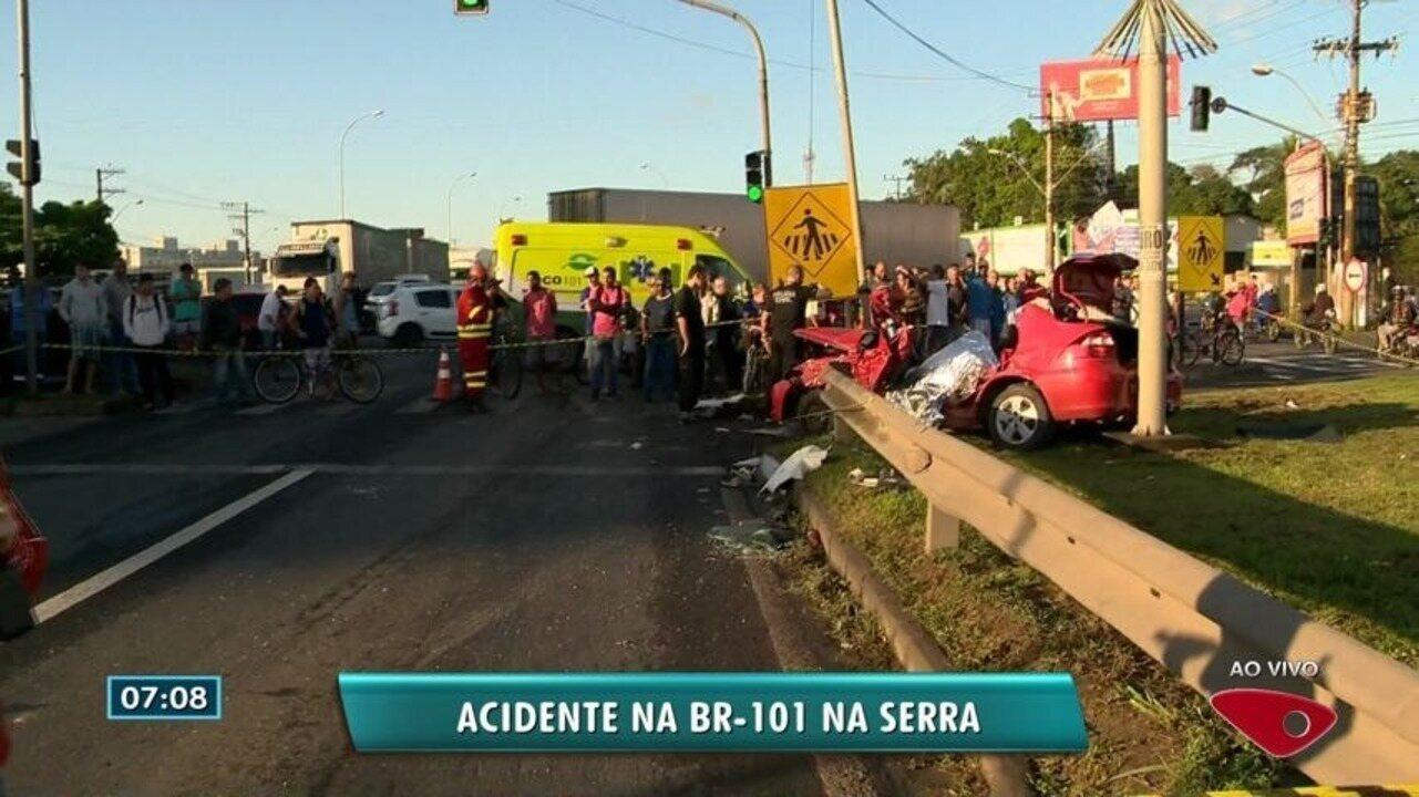 Homem morre em acidente entre carro e carreta na BR-101, na Serra, ES