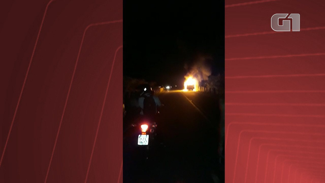 Ônibus pega fogo ao se chocar com motocicleta em Porto Seguro