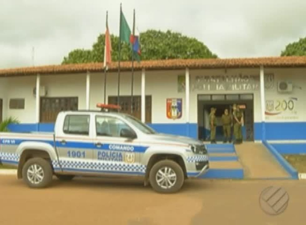 Criminosos incendiaram um micro-ônibus de transporte coletivo em Paragominas