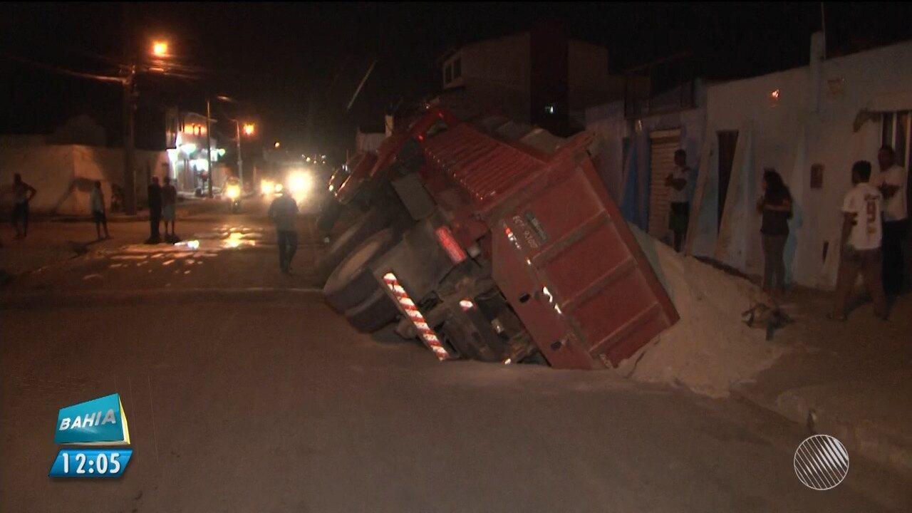 Caminhão caçamba cai em buraco e parte cano de água em Vitória da Conquista