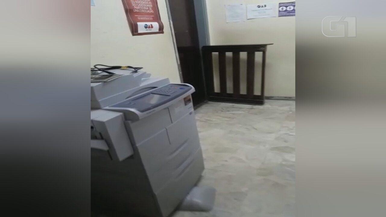 Mulher chora ao ver móveis da sala da OAB no corredor do fórum em Angatuba