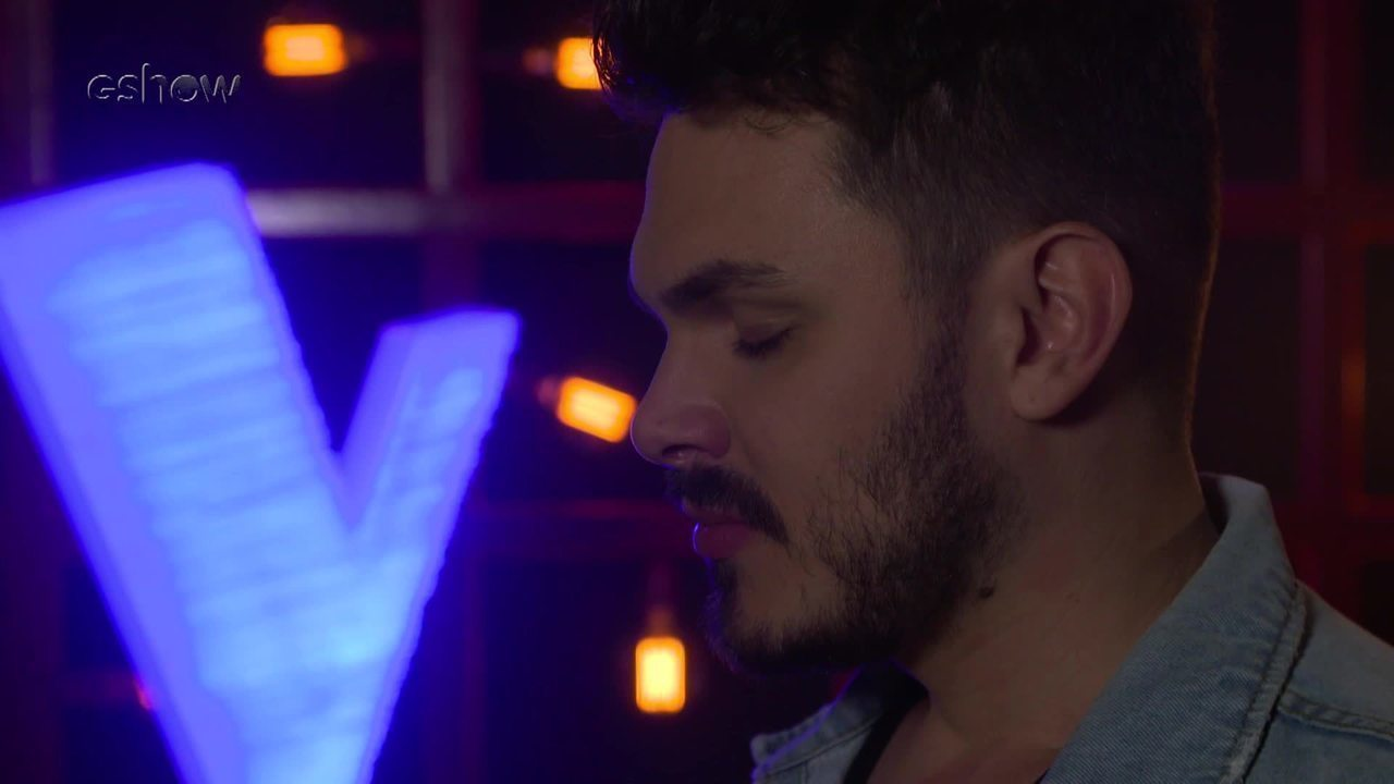 Veja a emoção de Cadu Duarte instantes antes de subir ao palco do 'The Voice'