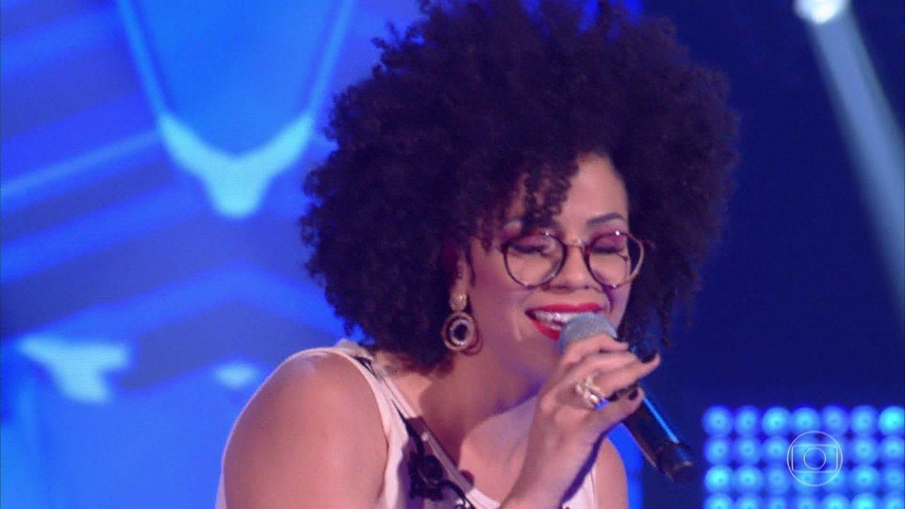 Suelen Karine canta