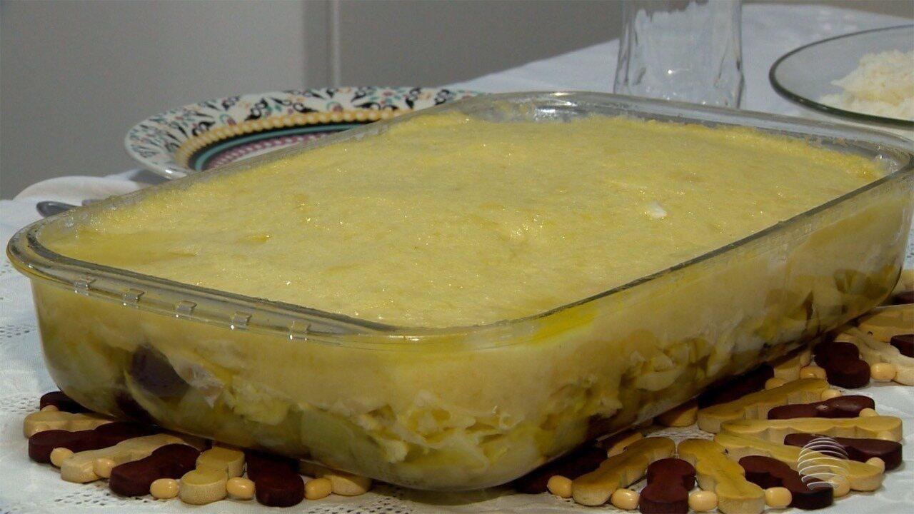 Bacalhau com purê de batata leva azeitonas e pode ser servido com salada