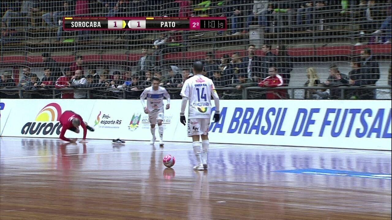 Juiz leva tombo e perde tênis em semifinal da Taça Brasil de futsal