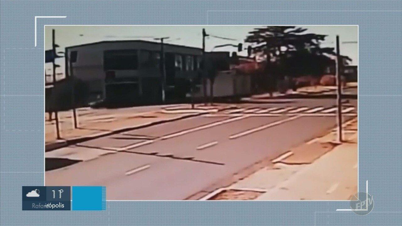 Caminhão faz conversão proibida e provoca acidente em Hortolândia