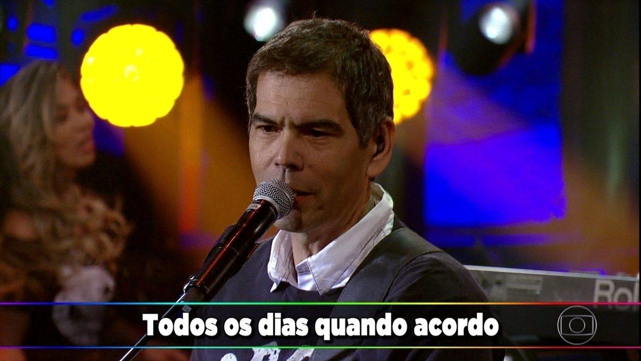 Legião Urbana canta clássico 'Tempo Perdido'