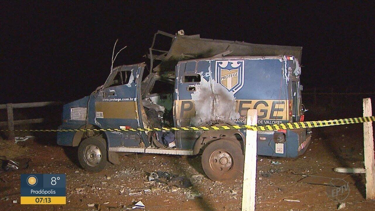Quadrilha explode carro forte na Rodovia Anhanguera em Sales Oliveira, SP