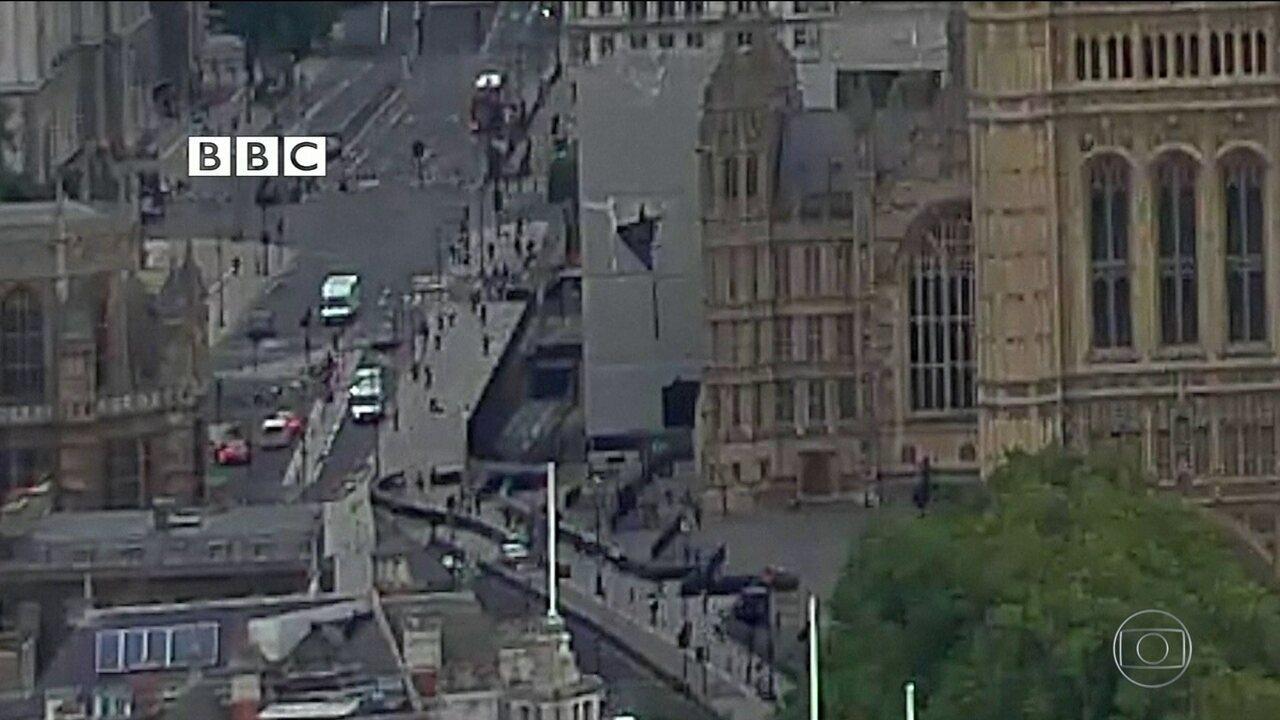 Imagens mostram momento em que carro bate em barreira de segurança do Parlamento Britânico