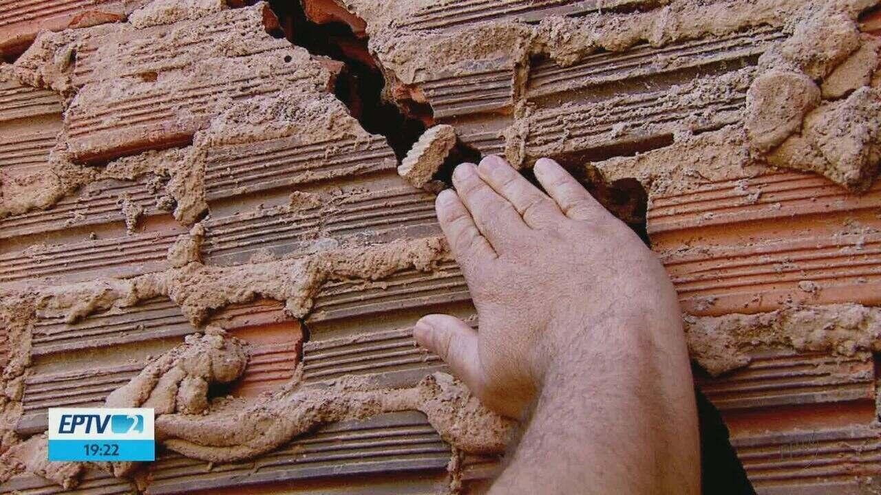 Moradores de Leme temem desabamento de muro construído acima das casas