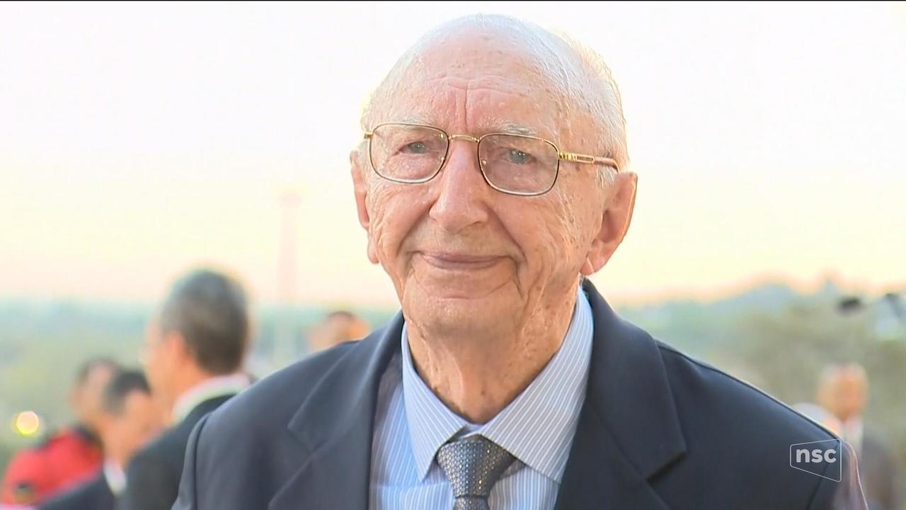 Morador de Brusque que trabalha a 80 anos na mesma empresa é homenageado em Brasília