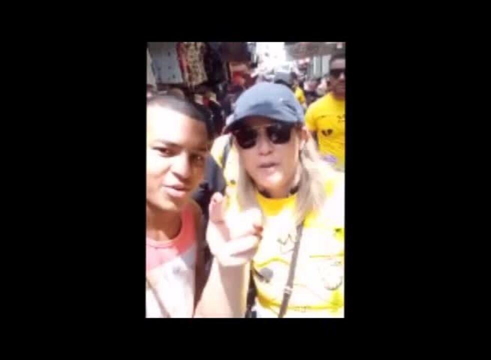 Marília Mendonça faz panfletagem no centro comercial de Belém pra divulgar trabalho