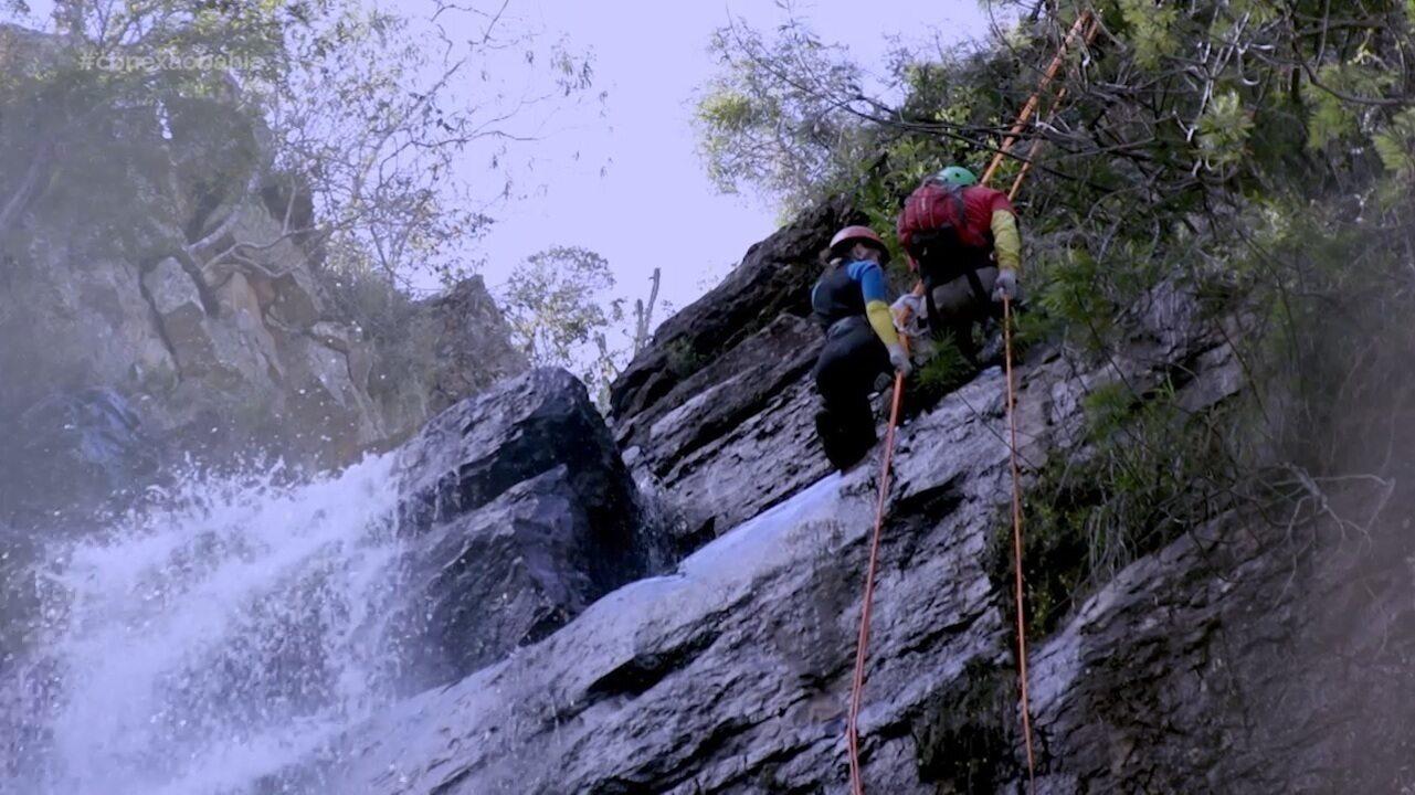 Briza Menezes faz rapel na Cachoeira do Patrício e conhece o poder medicinal das plantas