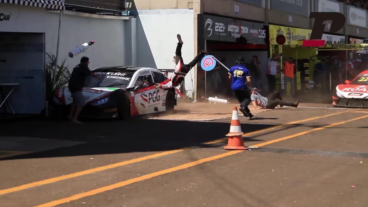 Novo ângulo de acidente em prova da Stock Light mostra atropelamento nos boxes
