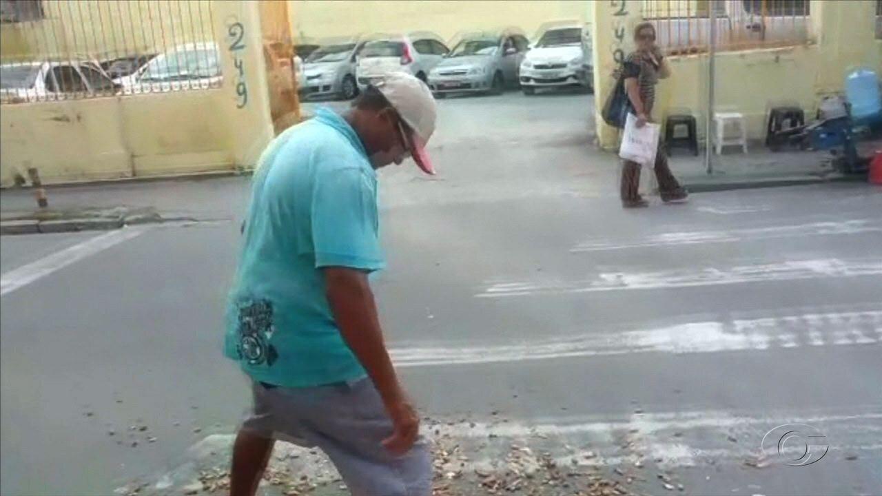 Ambulante é flagrado jogando cascas de amendoim na faixa de pedestres de rua do Centro