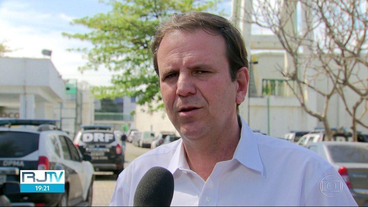 Eduardo Paes (DEM) se reuniu com delegados na Cidade da Polícia nesta sexta (24)