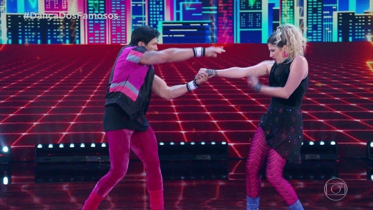 Dani Calabresa e Reginaldo Sama dançam 'What a Feeling'