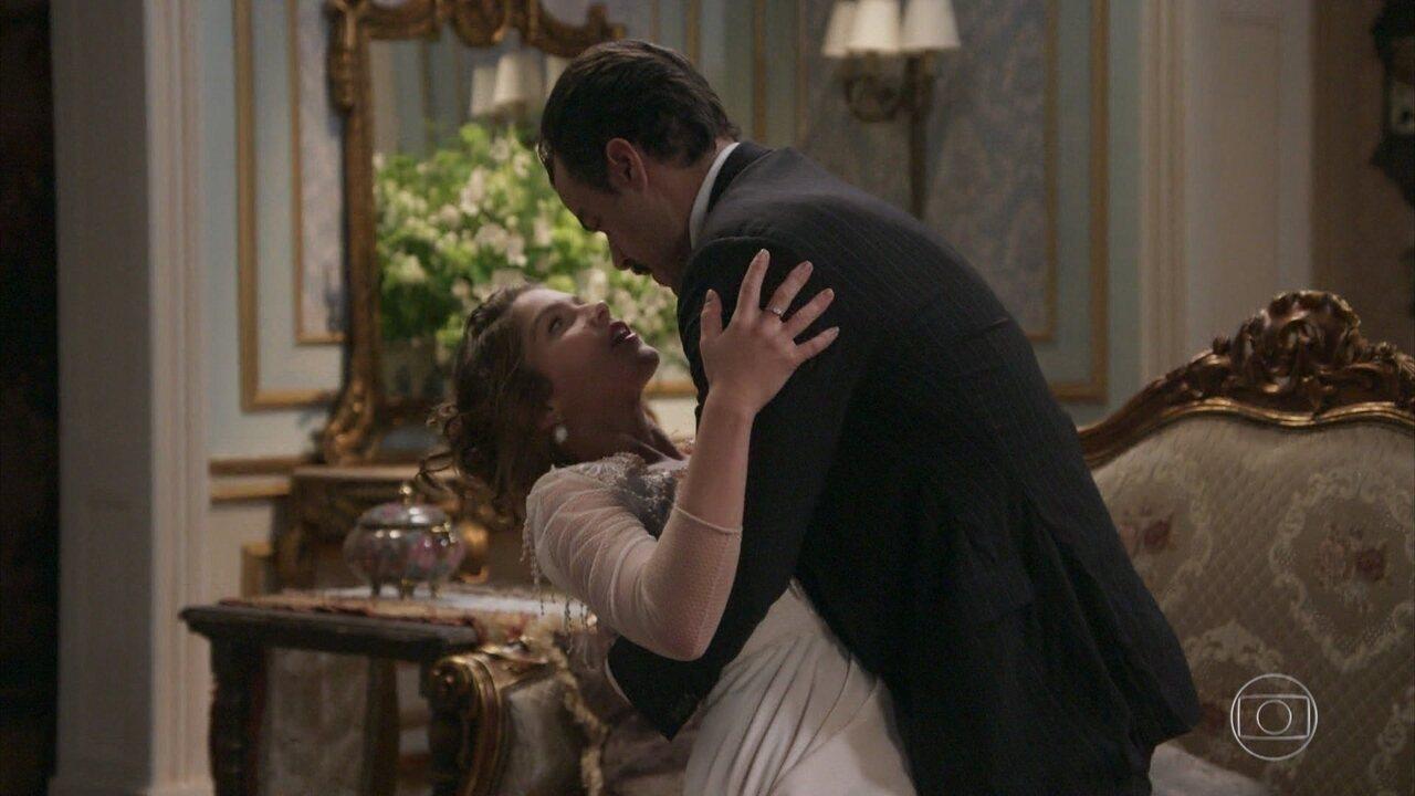 Olegário e Charlotte se beijam