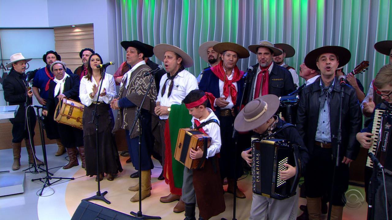 Tradicionalistas cantam músicas de Paixão Côrtes em sua homenagem