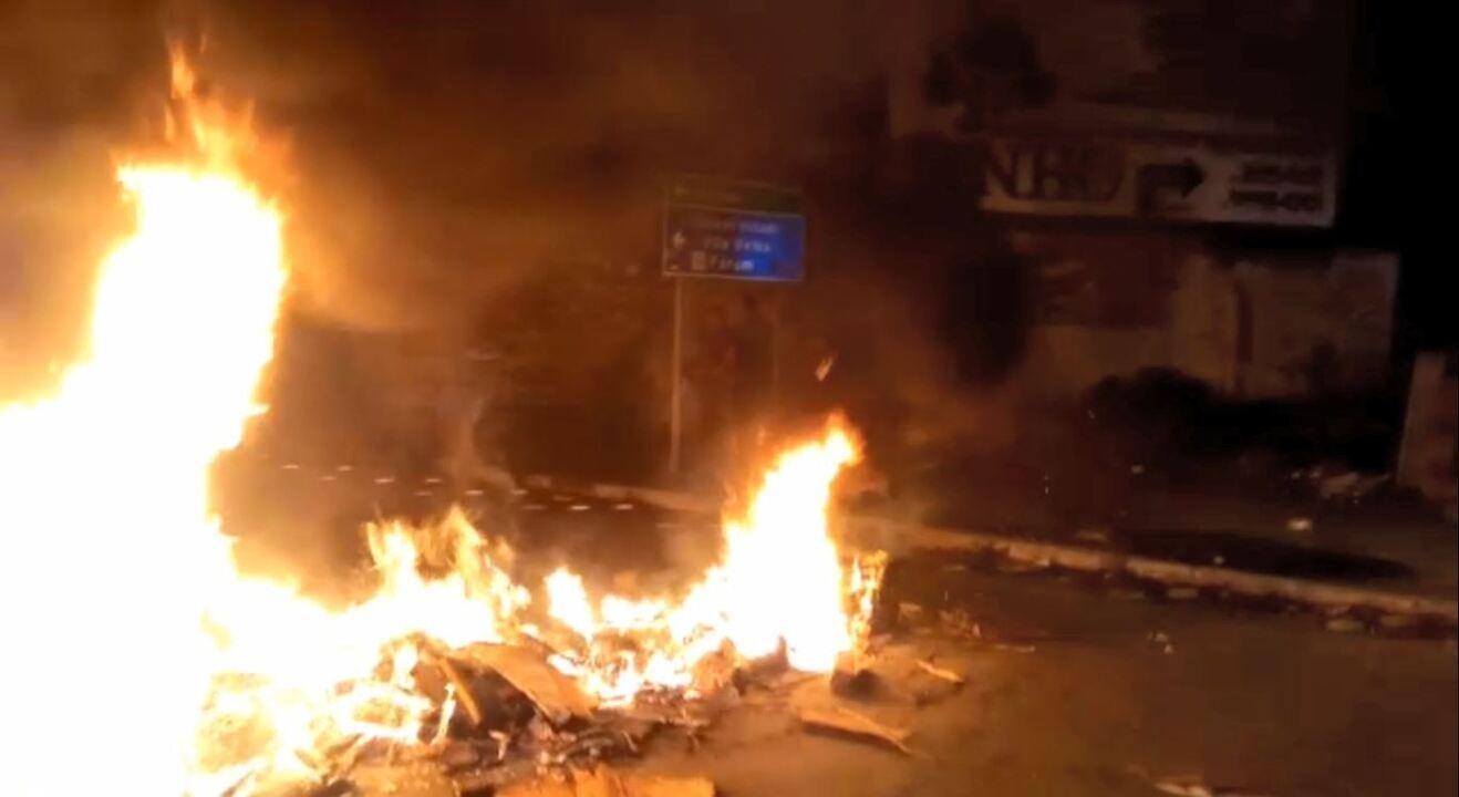 Grupo interdita rua em protesto após morte de costureira em Vila Velha, ES