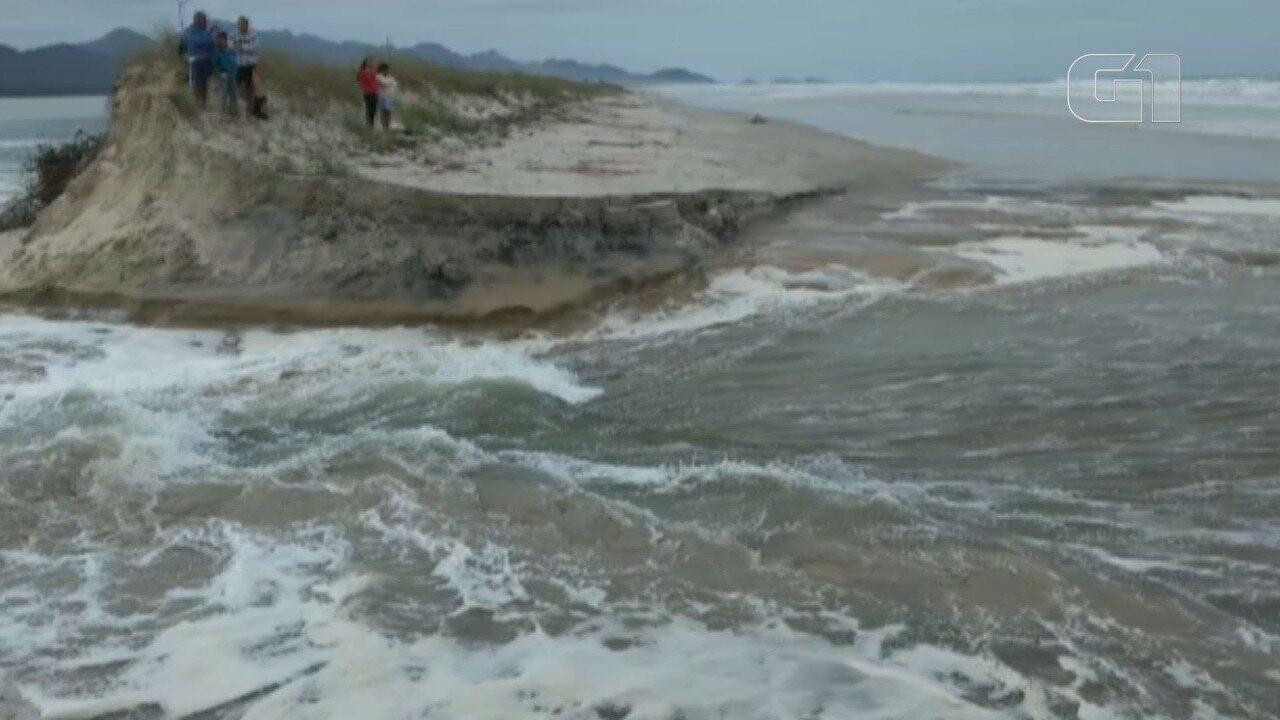 Início da abertura da nova barra foi flagrada durante ressaca do mar em Cananéia, SP