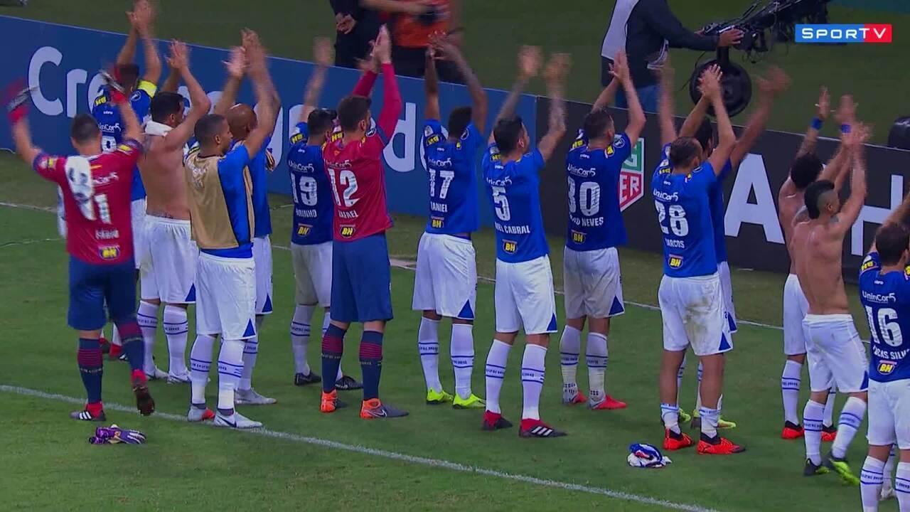 Torcida do Cruzeiro comemora ao estilo Islândia, regida pelos jogadores