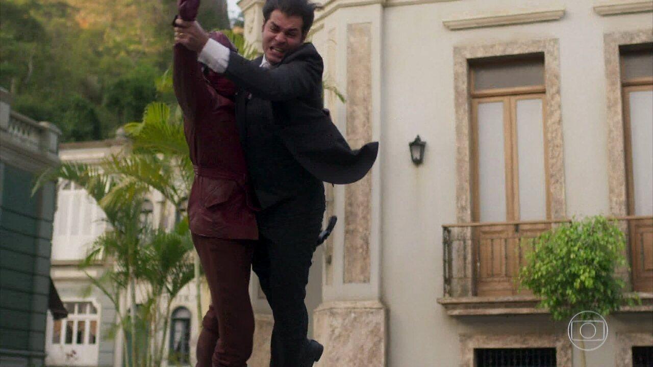 Darcy luta contra o falso Motoqueiro e acaba sendo ferido