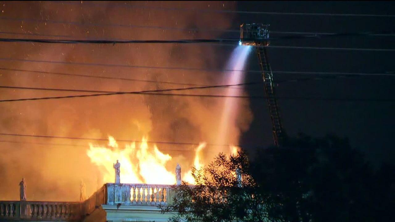 Bombeiros tentam controlar incêndio que atinge o Museu Nacional, na Quinta da Boa Vista