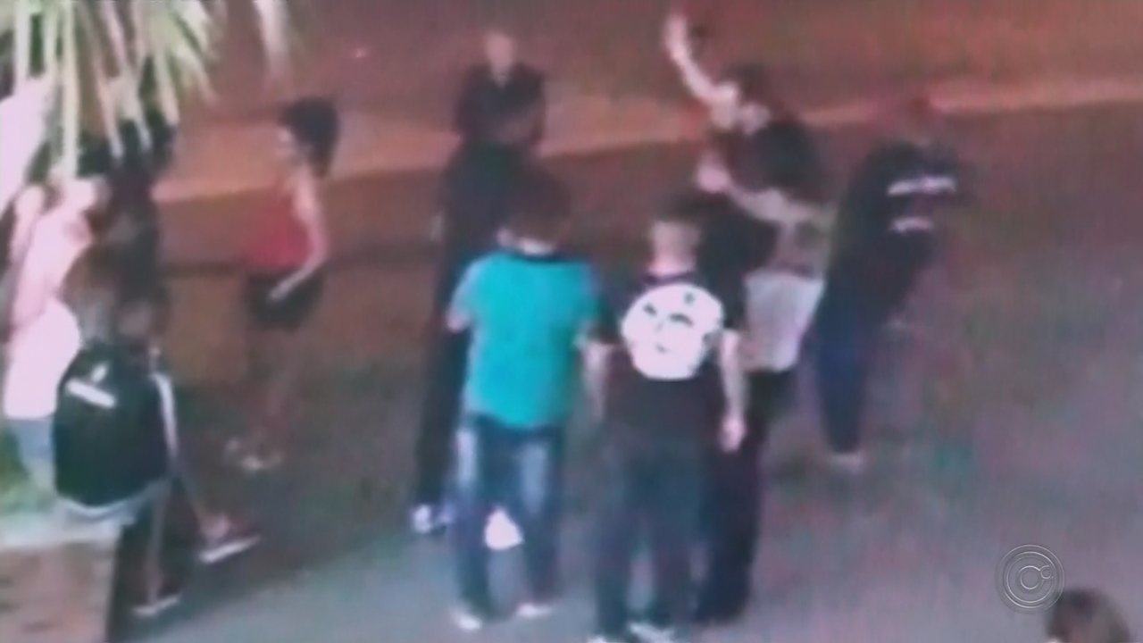 Câmera flagra jovem caindo desmaiado ao levar soco em Pirajuí