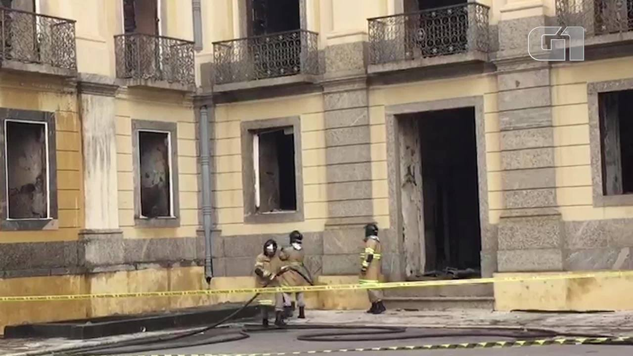 Pequenos desabamentos na área interna e focos de incêndios persistem no Museu Nacional