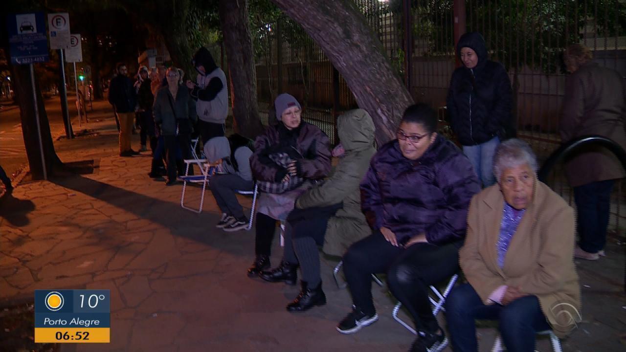 Idosos passam madrugada na fila para marcar consultas em posto de saúde de Porto Alegre