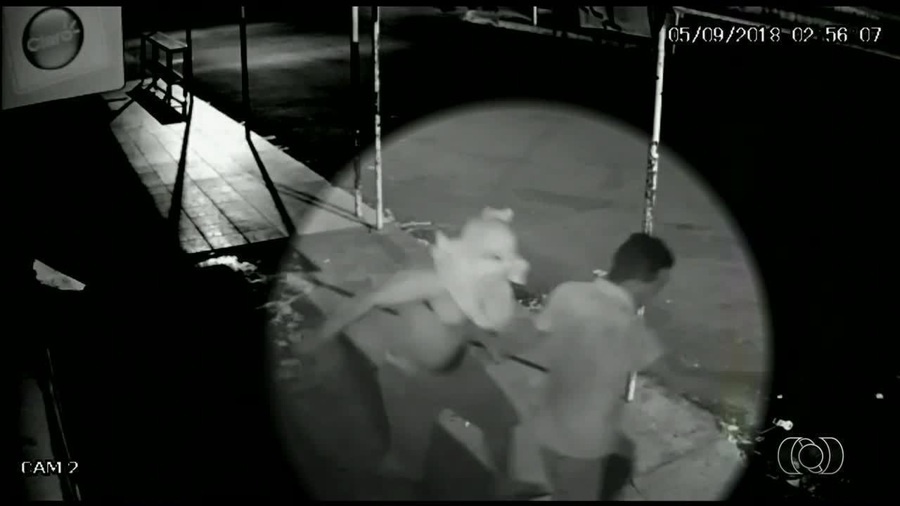 Vídeo mostra homem tentando matar outro a facadas em Nazário