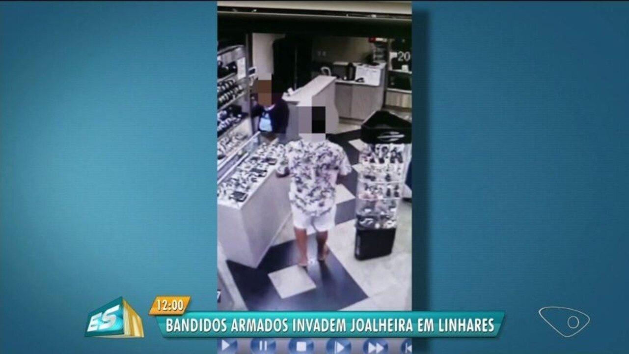 Assaltantes anunciam que são ex-internos do Iases e roubam relojoaria, diz dona