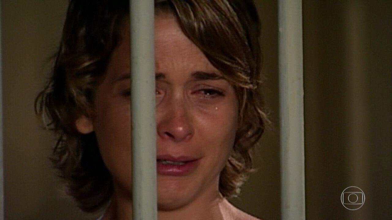 Belíssima - Capítulo de sexta-feira, 07/09/2018, na íntegra - Vitória é presa e Pascoal consola Tadeu e Sabina. André se diz preocupado com Júlia por ela ter testemunhado a morte de Bia Falcão. Sabina chora de saudades de Bia e Júlia tenta consolá-la.