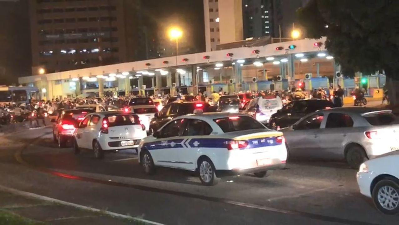 Motoristas fazem 'buzinaço' em frente à Praça do Pedágio da Terceira Ponte