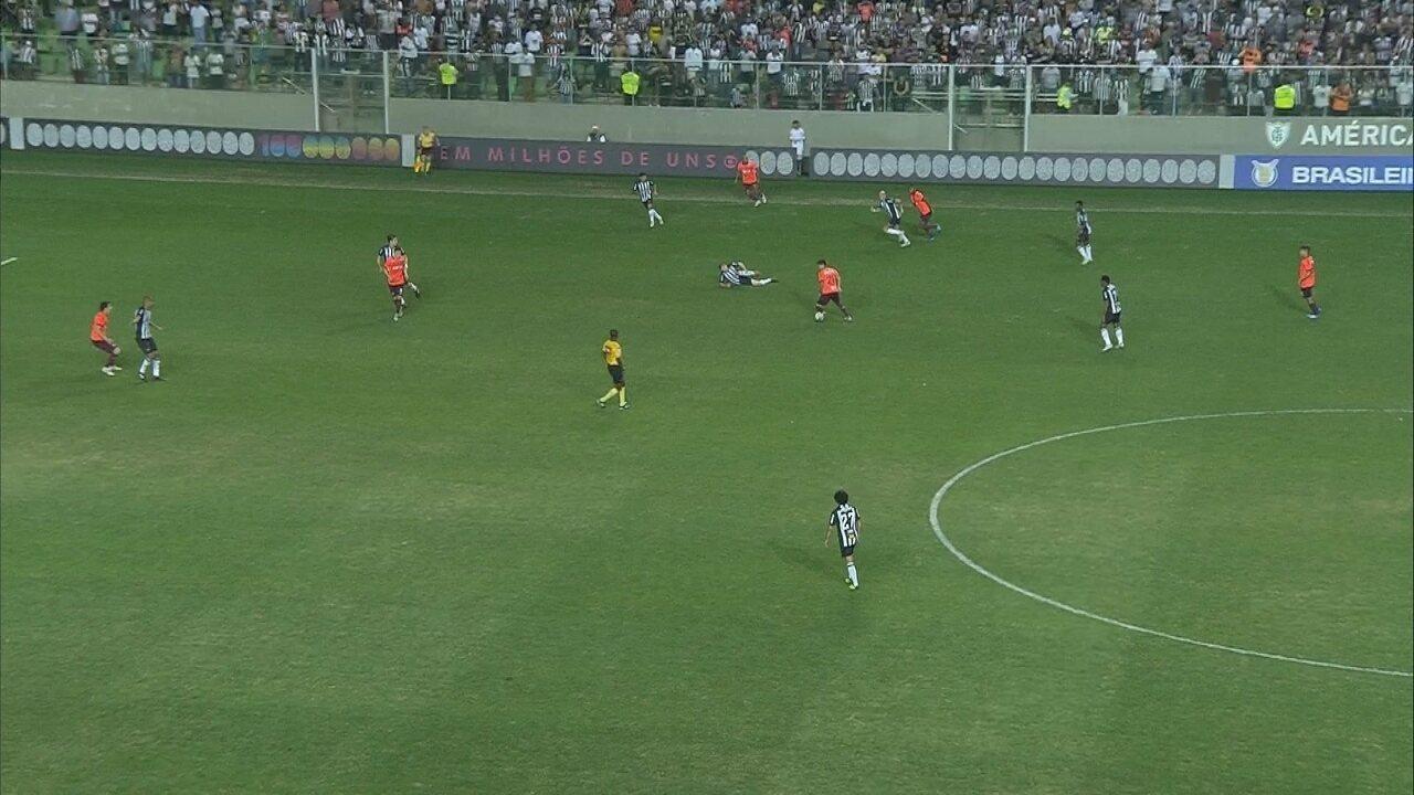 Adilson escorrega e cai, sozinho, durante lance do jogo Atlético-MG x Atlético-PR