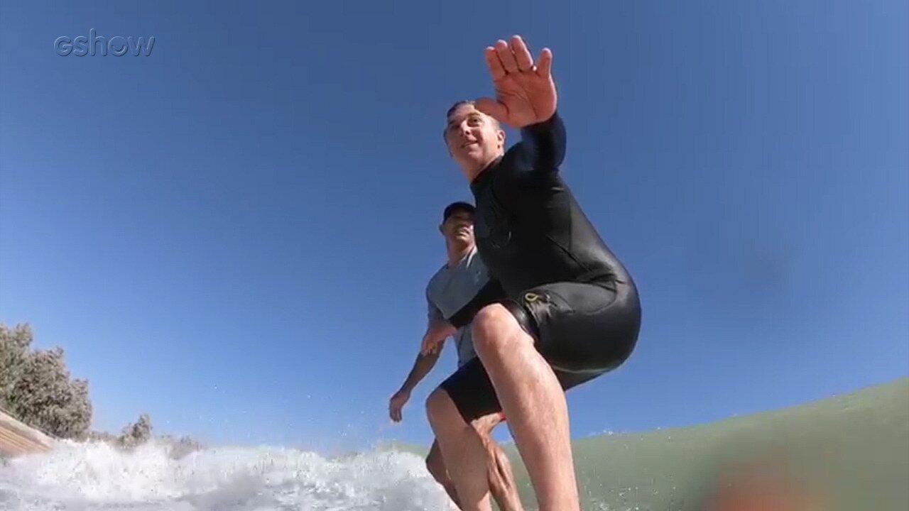 Huck surfa com Kelly Slater em piscina de ondas