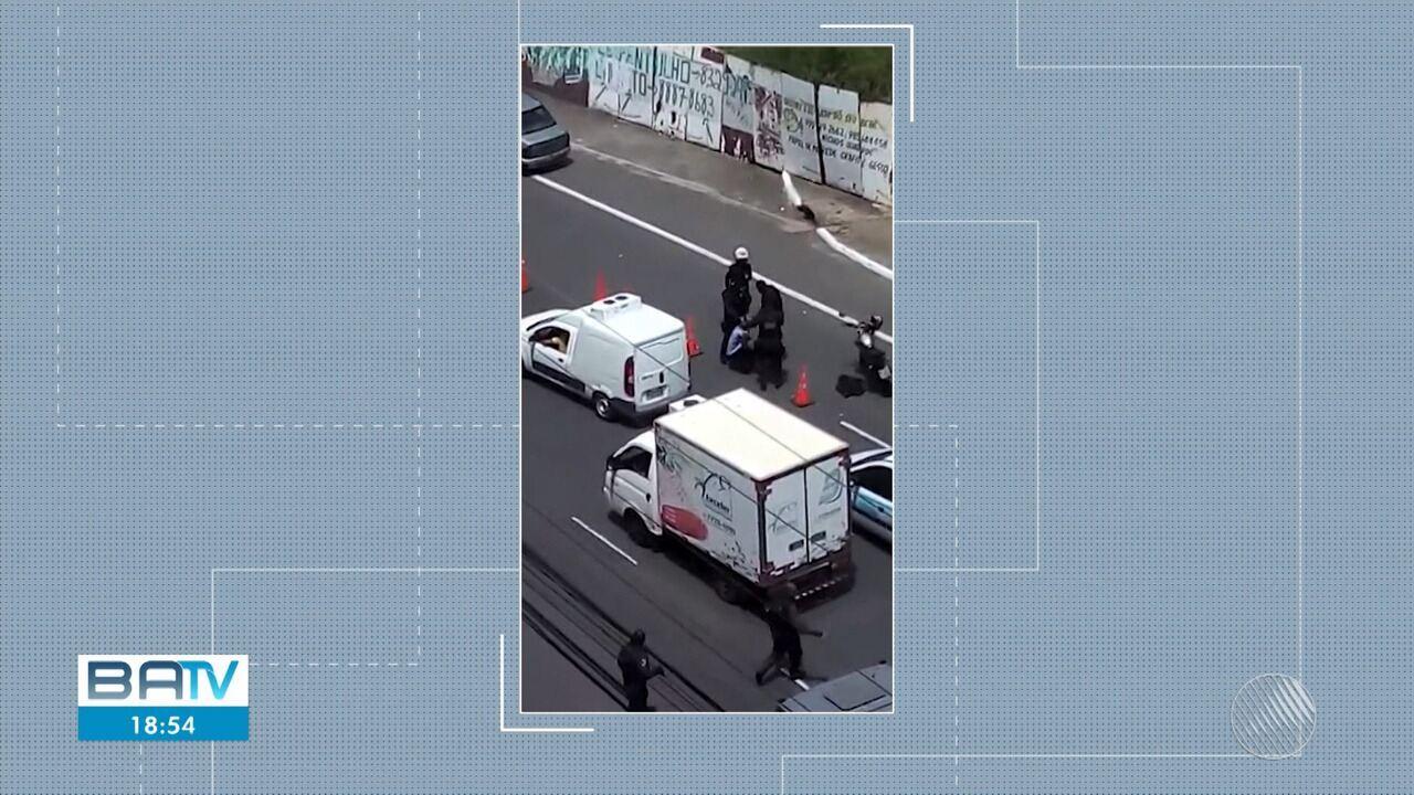Telespectador registra momento em que motoboy é agredido por agente da guarda municipal