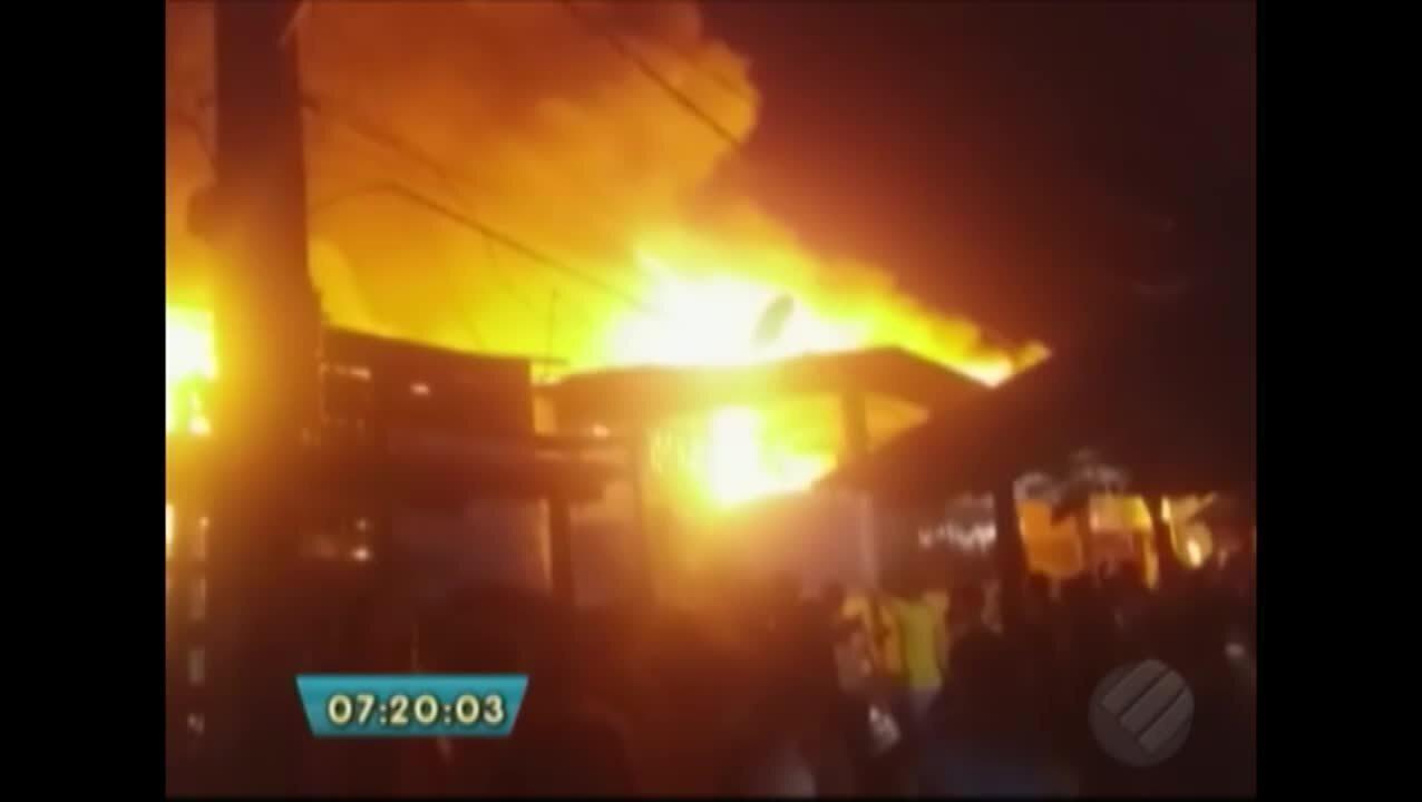 Incêndio destrói casas na Vila da Barca, em Belém