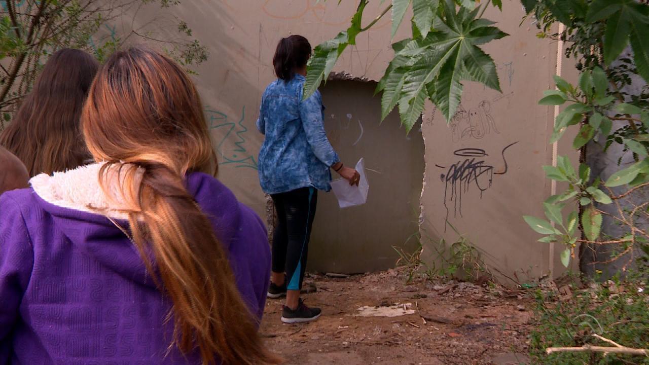 Obra fecha trajeto escolar de crianças na Vila Dique, em Porto Alegre