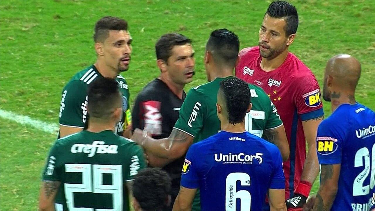 Após disputa, Antônio Carlos faz o gol, mas juiz marca falta em Fábio, aos 52' do 2ºT