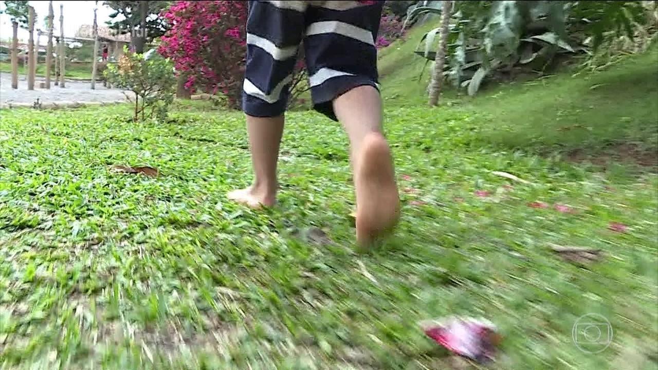 Por que andar descalço faz bem para os pés das crianças
