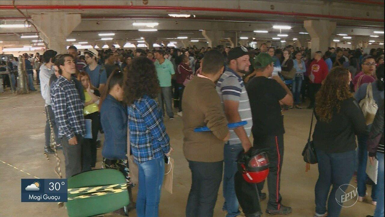 Centenas de pessoas formam fila para tentar vaga de emprego em supermercado de Americana
