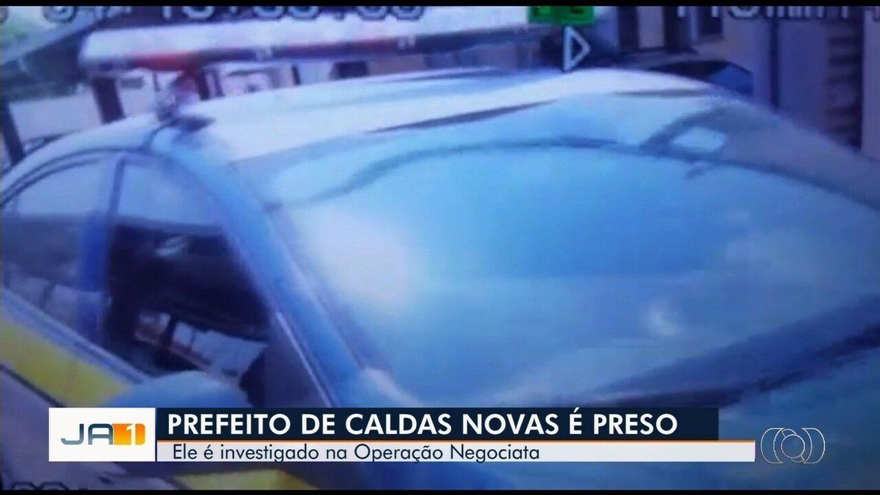 Preso em operação do MP, prefeito de Caldas Novas é levado para Goiânia