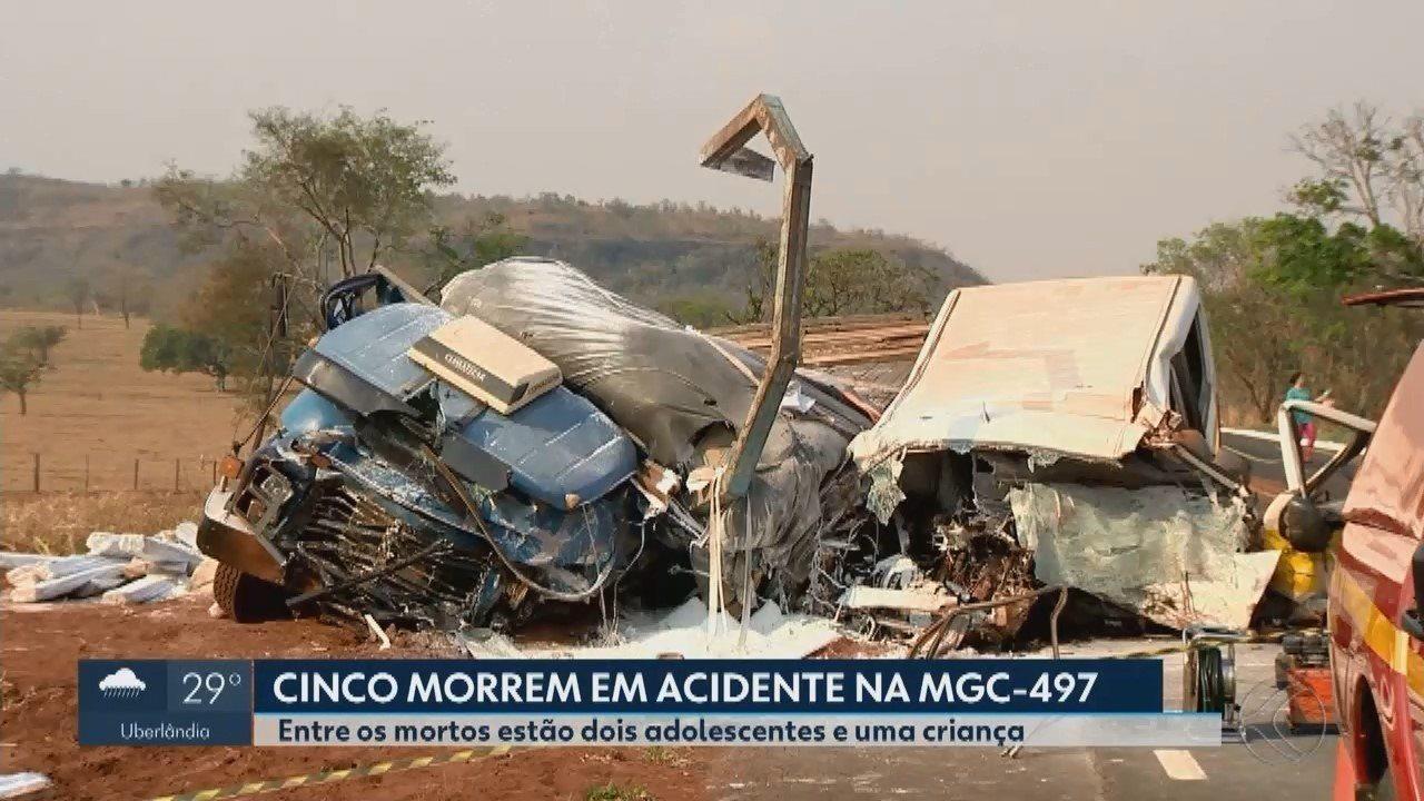 Acidente entre van escolar e caminhão deixa mortos e feridos perto de Prata