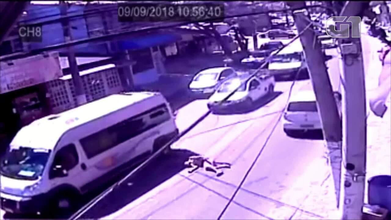 Homem se joga em cima de carro e deita no meio da rua em Búzios