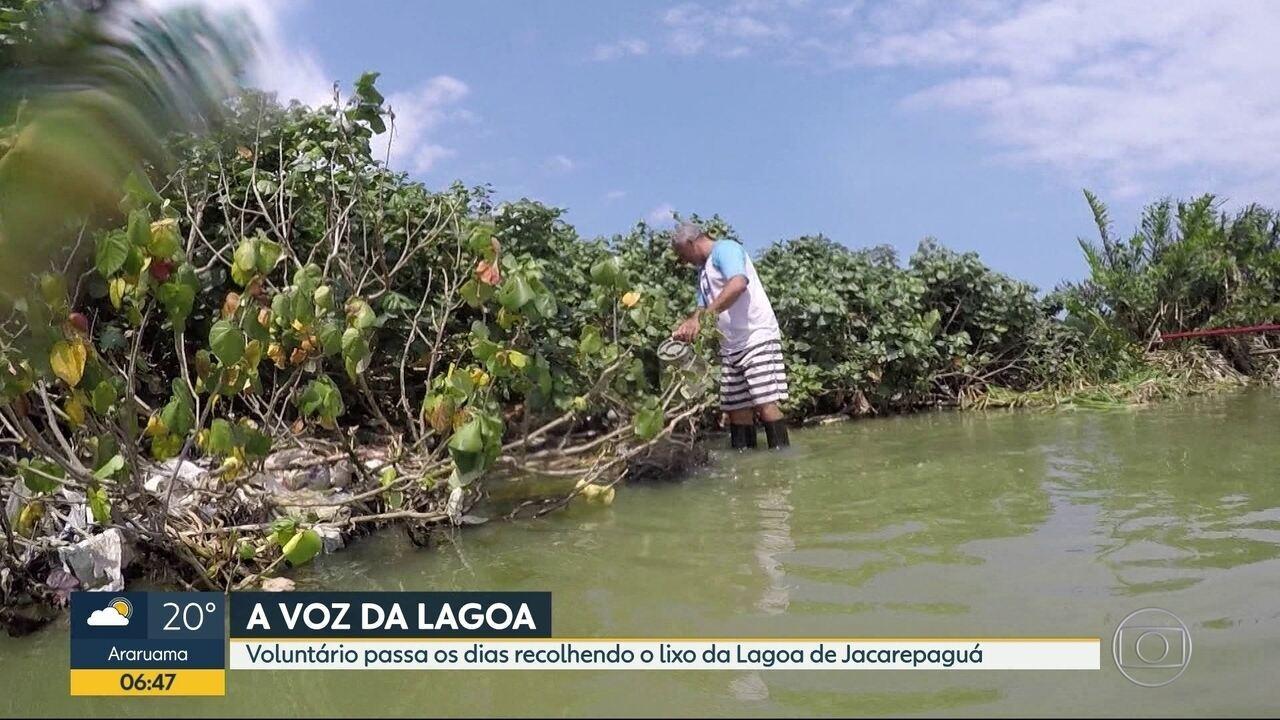 Voluntário recolhe lixo da Lagoa de Jacarepaguá
