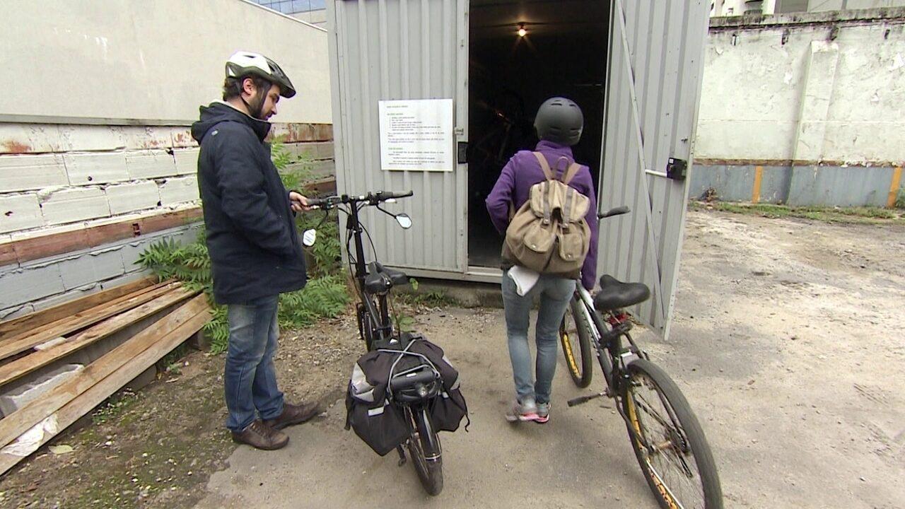 Empresários criam lugar para ciclistas tomarem banho em SP