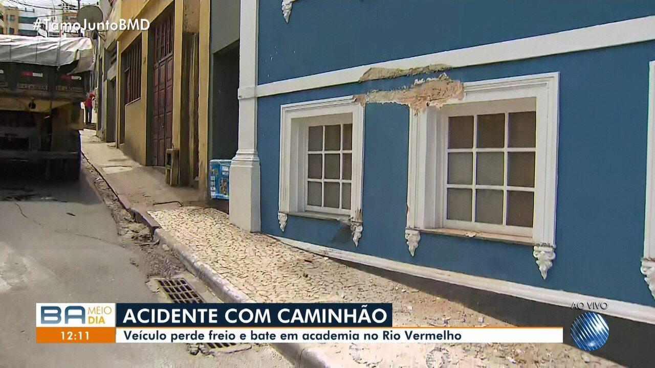 Caminhão perde freio e bate em muro de academia no bairro do Rio Vermelho