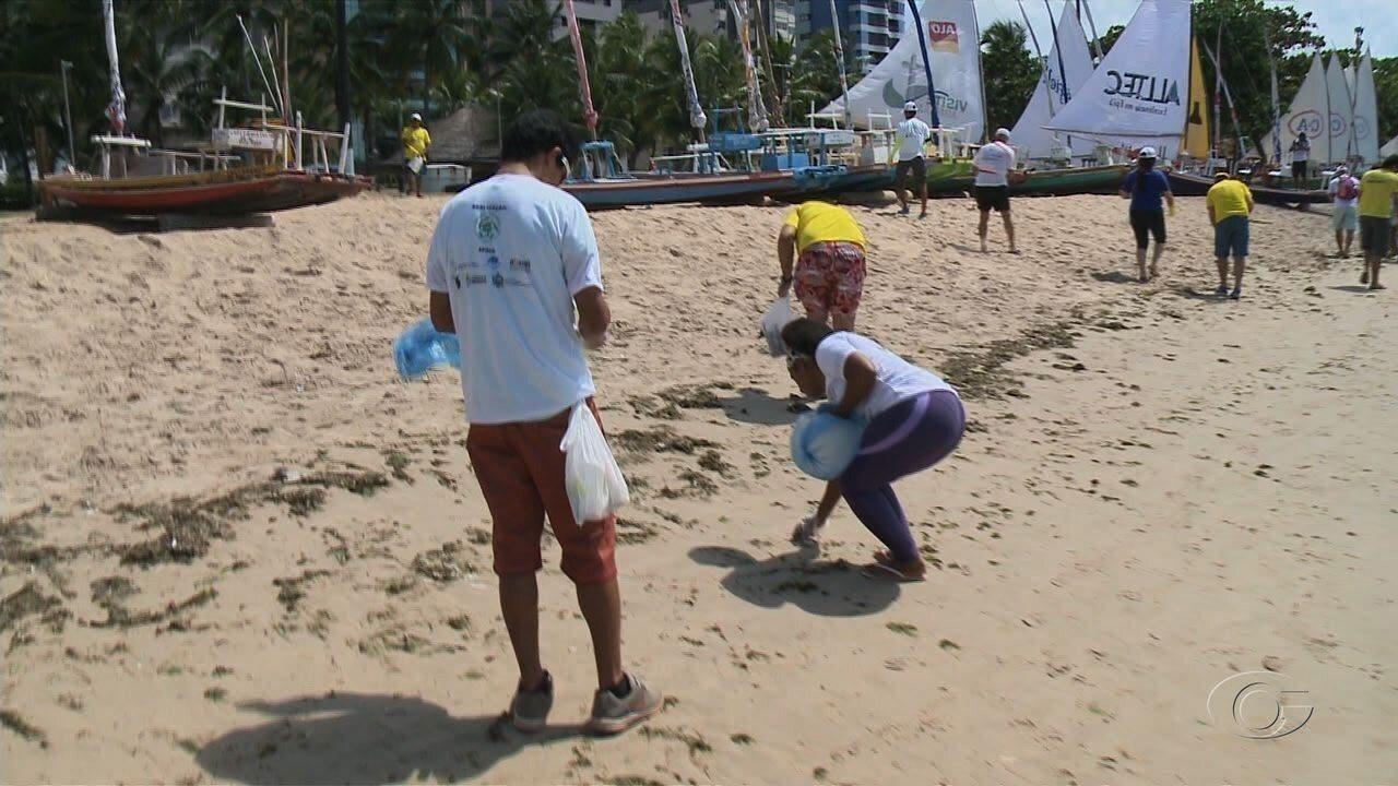 Voluntários participam de mutirão de limpeza em praias de Maceió